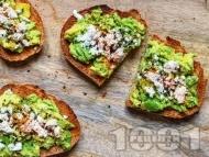 Рецепта Вегетариански тост сандвичи с авокадо, козе сирене, сусам и сок от лайм за закуска